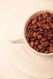 Taza con las habas del cofee en tono de la sepia fotos de archivo libres de regalías
