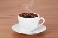 Taza con los granos de café Imágenes de archivo libres de regalías