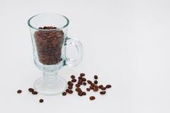 Taza con los granos de café Fotos de archivo