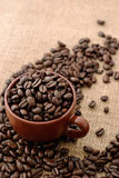 Taza con los granos de café Imagenes de archivo