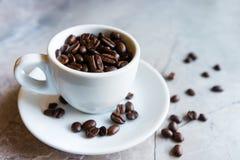 Taza con los granos de café Fotos de archivo libres de regalías