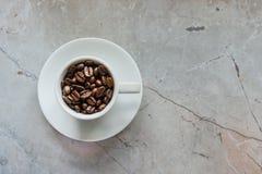 Taza con los granos de café Fotografía de archivo libre de regalías