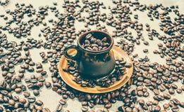 Taza con los granos de café asados Fotos de archivo libres de regalías