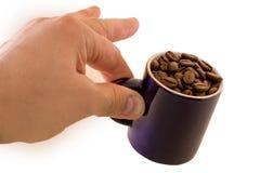 Taza con los granos de café a disposición aislados Fotografía de archivo