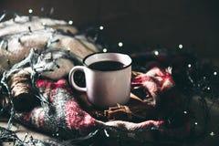 Taza con los herlands, la Navidad y el Año Nuevo, aún detalles acogedores de la vida en la sala de estar composición con la taza Imagenes de archivo