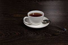 Taza con té en la tabla Fotos de archivo libres de regalías