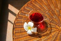 Taza con té rojo en la tabla Imagen de archivo libre de regalías