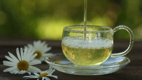 Taza con té verde en la tabla metrajes