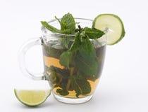 Taza con té y cal de la menta Foto de archivo libre de regalías