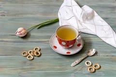 Taza con té y el tulipán Imagen de archivo