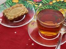 Taza con té y galletas Fotografía de archivo libre de regalías
