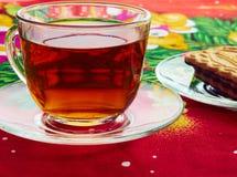Taza con té y galletas Fotos de archivo libres de regalías