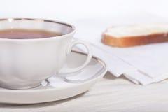 Taza con té y un emparedado. Imágenes de archivo libres de regalías