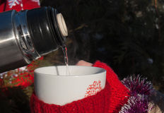 Taza con una bebida caliente Fotografía de archivo