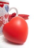 Taza, corazón y rectángulo de chololates Foto de archivo