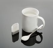 Taza, cuchara y bolsita de té Fotos de archivo libres de regalías