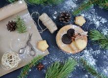 Taza de árbol de pino de madera del fondo de la bebida del capuchino Fotos de archivo libres de regalías