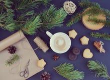 Taza de árbol de pino de madera del fondo de la bebida del capuchino Imagen de archivo libre de regalías