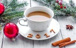 Taza de Año Nuevo del café en bacgkround de madera Imagenes de archivo