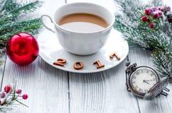 Taza de Año Nuevo del café en bacgkround de madera Imagen de archivo