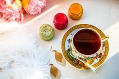 Taza de atascos y de flores del té Composición del desayuno Visión superior Endecha plana imagenes de archivo