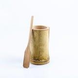 Taza de bambú con la cuchara de bambú Fotos de archivo libres de regalías
