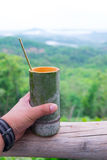 Taza de bambú con la cuchara de bambú Imagen de archivo