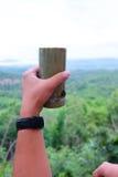 Taza de bambú con la cuchara de bambú Foto de archivo