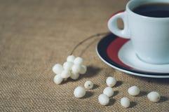 Taza de bebida caliente con los granos de café Imagen de archivo libre de regalías