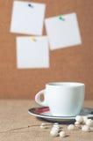 Taza de bebida caliente con los granos de café Imagen de archivo