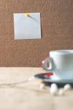 Taza de bebida caliente con los granos de café Foto de archivo