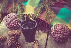 Taza de bebida caliente en una tabla de madera rústica Todavía la vida de conos, guita, bramante, abeto ramifica Preparación para Imágenes de archivo libres de regalías