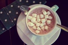 Taza de bebida del cacao del chocolate caliente con las melcochas Fotografía de archivo libre de regalías