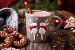 Taza de bebida del chocolate caliente o del cacao con dos Foto de archivo libre de regalías