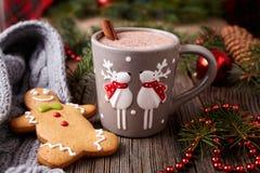 Taza de bebida del chocolate caliente o del cacao con dos lindos Imágenes de archivo libres de regalías
