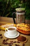 Taza de bebida elaborada cerveza caliente del cacao hecha en la prensa francesa, fruta cruda del cacao, habas, semillas fotos de archivo