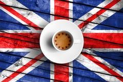 Taza de Brexit de café con la bandera de la UE de la unión europea en la bandera de madera de Gran Bretaña Reino Unido del grunge Imagenes de archivo
