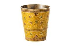Taza de bronce con el ornamento en un fondo blanco Foto de archivo libre de regalías
