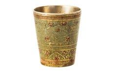 Taza de bronce con el ornamento en un fondo blanco Fotos de archivo libres de regalías