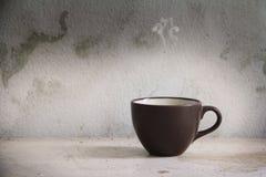 Taza de Brown de bebida caliente Imagen de archivo libre de regalías