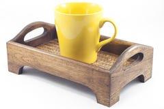 Taza de Brown en la bandeja de madera aislada en el fondo blanco Fotos de archivo libres de regalías