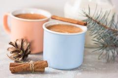 Taza de cacao caliente o de chocolate caliente en el fondo de piedra con los palillos de canela Bebida tradicional por invierno,  Fotografía de archivo libre de regalías
