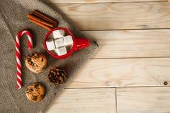 Taza de cacao en fondo de madera melcochas y palillo del caramelo Fotos de archivo
