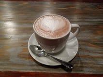 Taza de cacao en la tabla fotografía de archivo libre de regalías