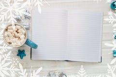Taza de cacao o de chocolate caliente con la melcocha, decorati del día de fiesta Fotografía de archivo libre de regalías