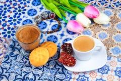 Taza de café árabe en un fondo colorido oriental fotografía de archivo