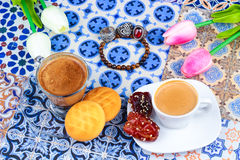 Taza de café árabe en un fondo colorido oriental imágenes de archivo libres de regalías