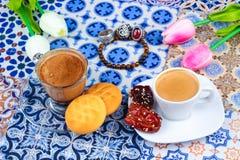 Taza de café árabe en un fondo colorido oriental imagenes de archivo