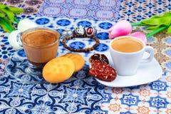 Taza de café árabe en un fondo colorido oriental foto de archivo libre de regalías