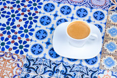 Taza de café árabe en un fondo colorido oriental imagen de archivo libre de regalías